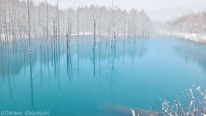Прозрачная голубая вода.