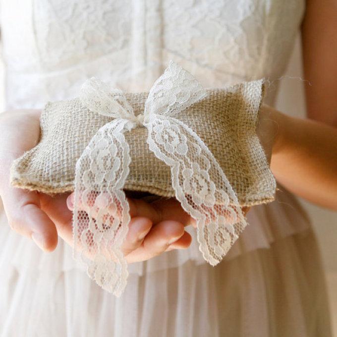 Декоративная подушка из мешковины