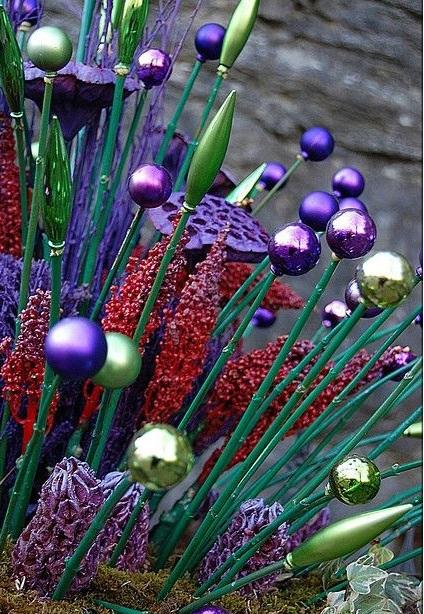 Декор из новогодних украшений.