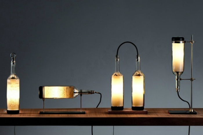 Для создания такого светильника нужно срезать дно винной бутылки и вставить туда лампочку. Дизайн светильника может быть самым разнообразным.