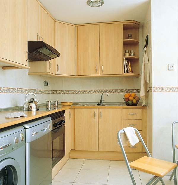 Маленькая кухня с бытовой техникой