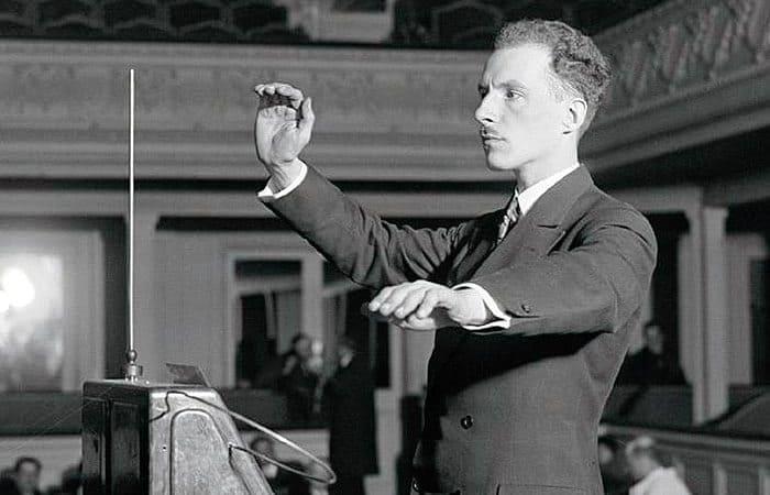 Изобретатель демонстрирует работу терменвокса | Фото: interesnyefakty.org
