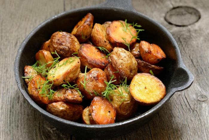 Прилипший к сковороде картофель.