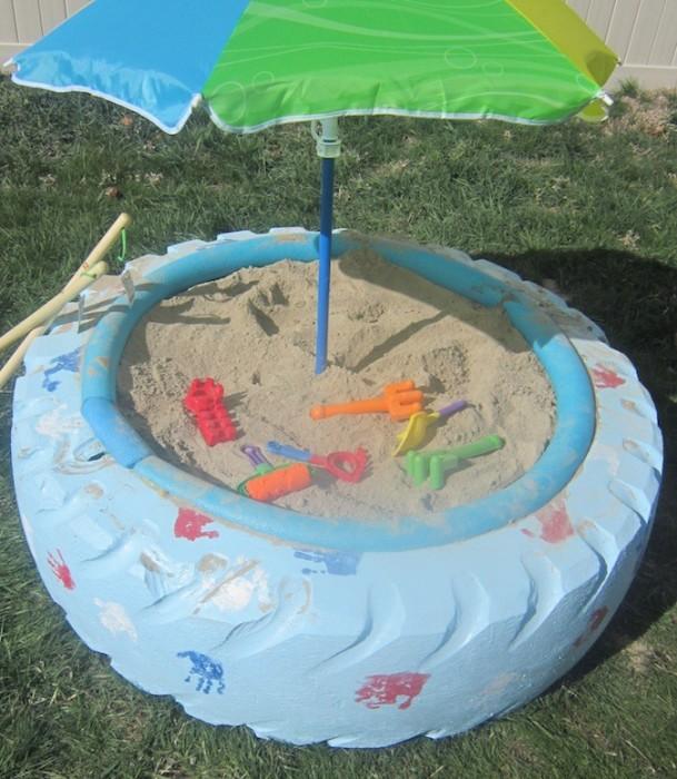 Из старой автомобильной покрышки можно создать отличную песочницу или небольшой бассейн.