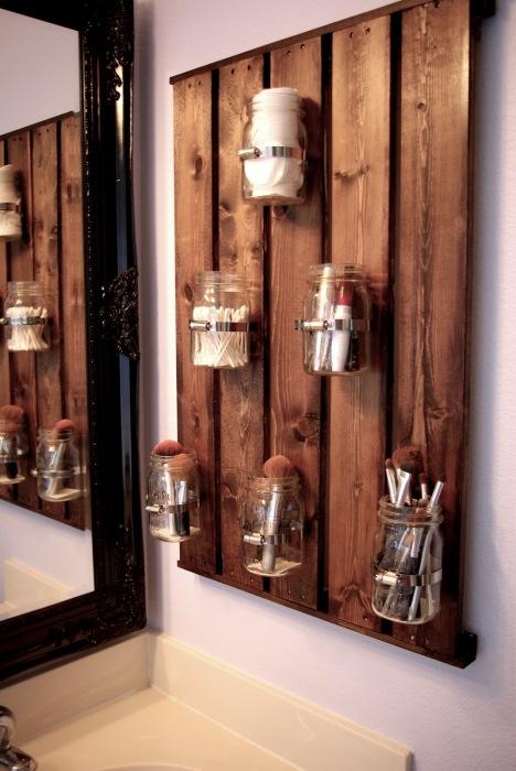 Для хранения косметики и аксессуаров для макияжа отлично подойдут стеклянные банки.