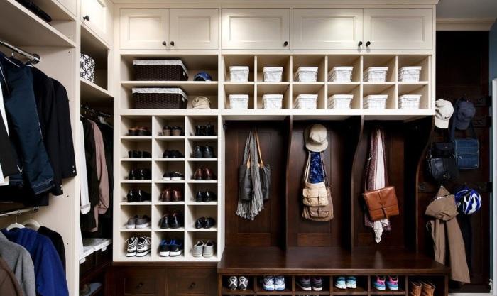 В мужской гардеробной комнате все строго и максимально систематизировано.