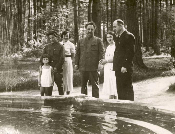 Н. И. Ежов (слева) с супругой Е. С. Хаютиной и приемной дочерью Наташей, Г. К. Орджоникидзе (в центре). 1935 г. / Фото: из фондов РГАСПИ, www.lhistory.ru