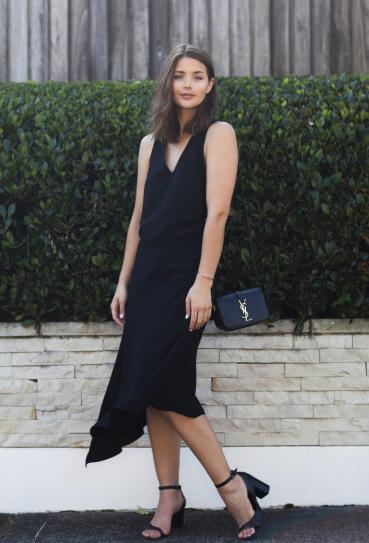 Девушка в красивом, черном платье