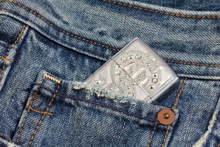 Маленький карман джинсов.