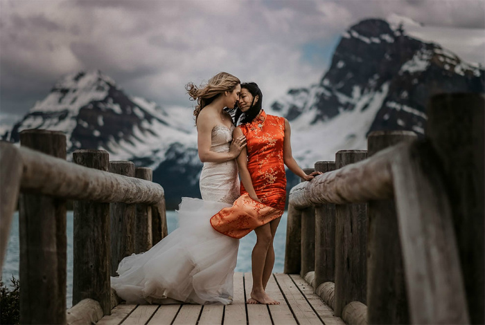 Однополая свадьба на озере Боу, Альберта, Канада.