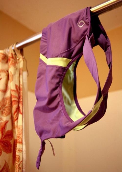 После интенсивных физических нагрузок принимать душ лучше всего со своим спортивным бюстгальтером. /Фото: 3.404content.com