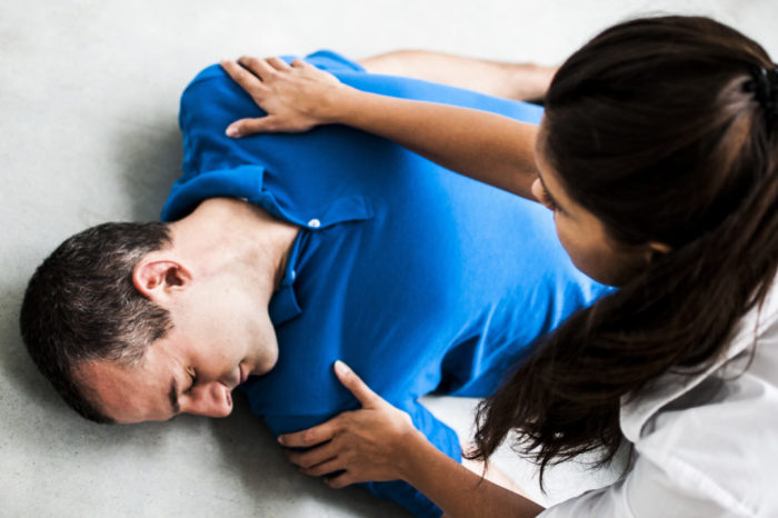 Важнее всего проверить дыхание. /Фото: gastrogid.ru.