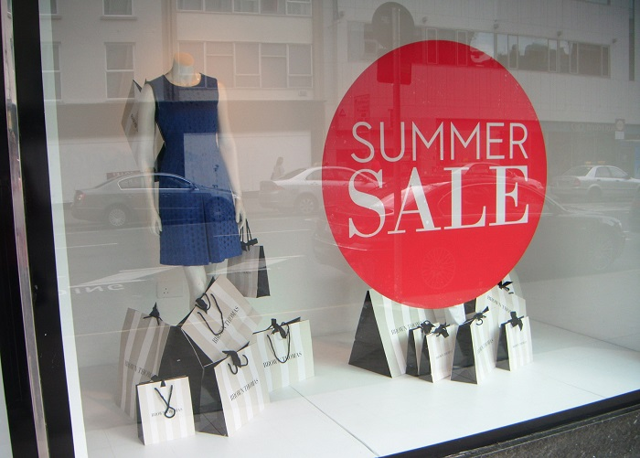 Покупайте вещи в конце сезона продаж. / Фото: zenmerchandiser.com