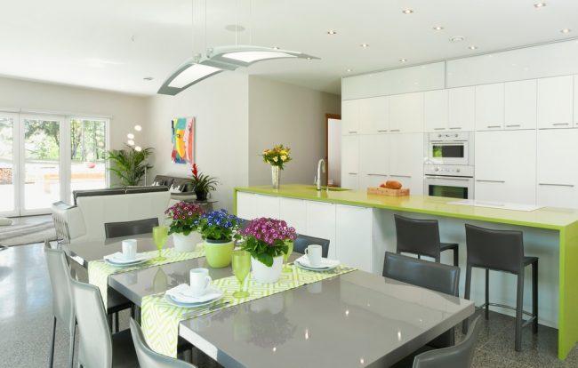 Салатовые раннеры на сером фоне кухонного стола