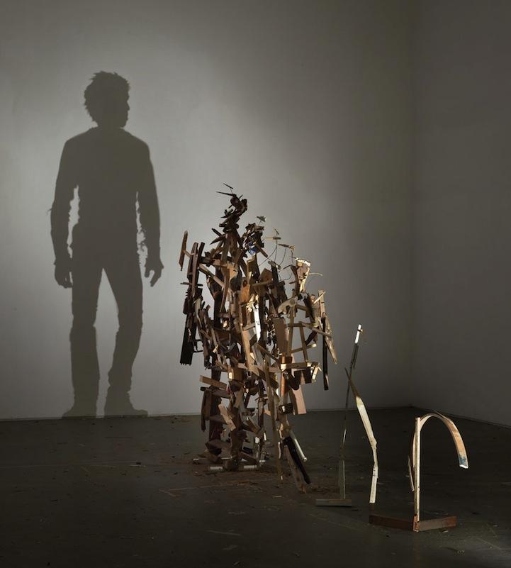 Shadow Sculptures 5 Невероятные скульптуры из груды мусора, света и тени