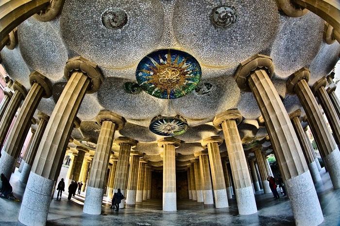 Зал «100 колонн» просто очаровывает своим великолепием (Parc Guell).