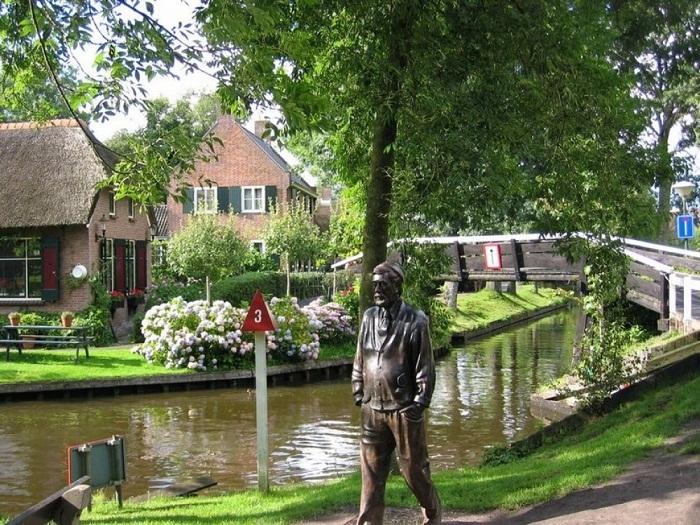 Памятник режиссеру Берту Ханстра, который сделал деревню Гитхорн популярной на весь мир.