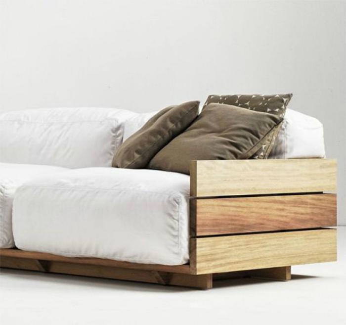 Простой диванчик из досок.