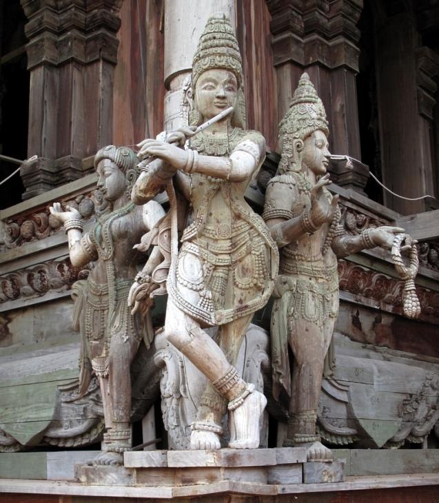 Кришна играет на флейте. Деревянная скульптура