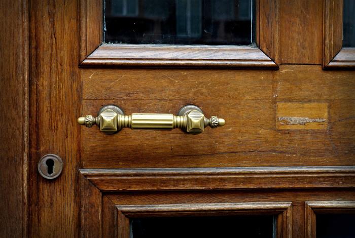 Дверные ручки из латуни.   Фото: Pixabay.