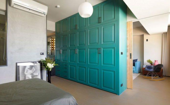 шкаф, разделяющий комнату на две зоны