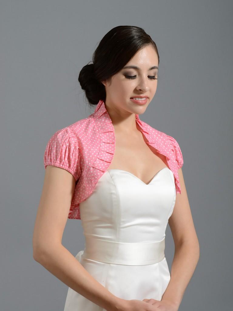 Девушка в белом атласном платье