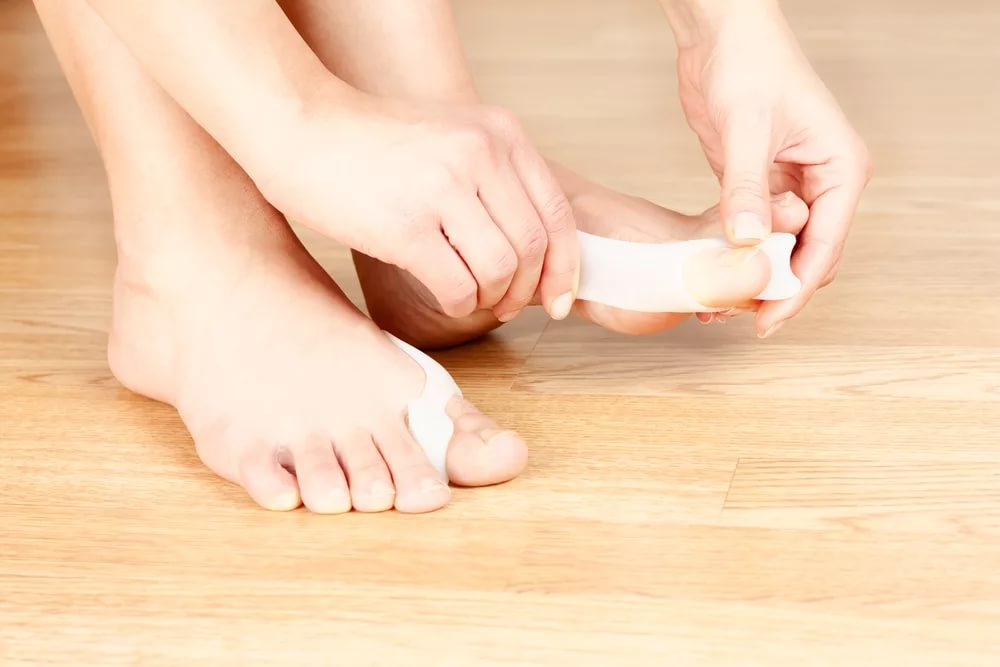 Причины возникновения косточки на пальце ноги сверху и методы лечения