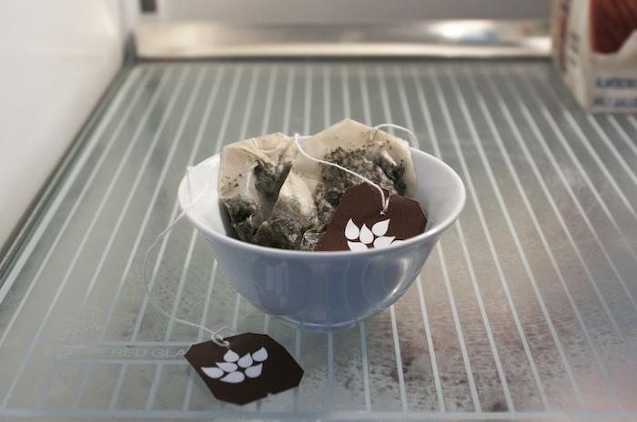 Buzdolabında hoş olmayan bir kokuya karşı çay.