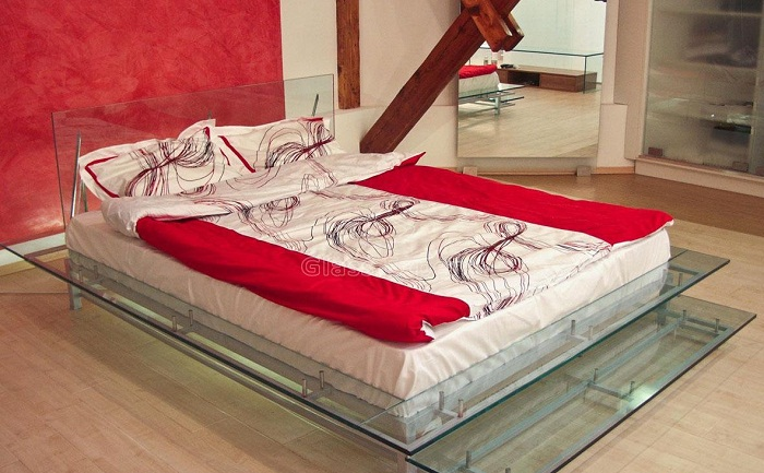 Стеклянная кровать в интерьере спальни.