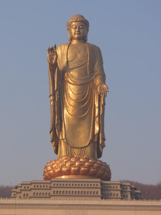 Высота Весеннего Будды — 128 метров.