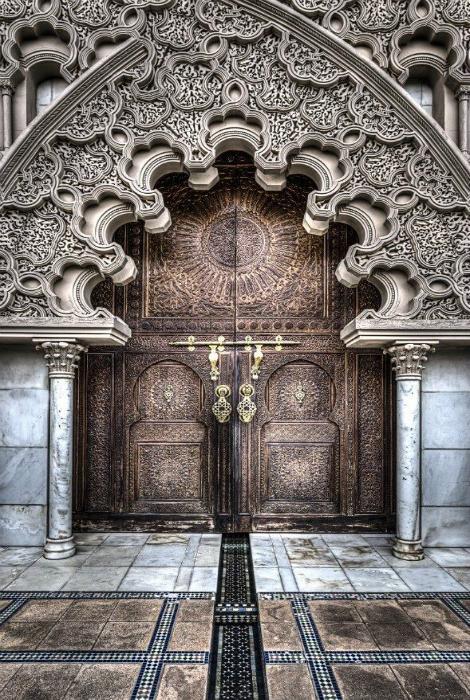 Фантастическая дверь в классическом стиле, украшенная фигурной аркой.