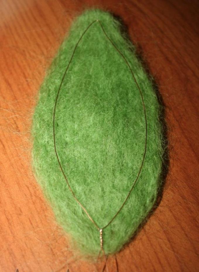 Во время фелтинга на сформированную заготовку листика снова кладётся проволока
