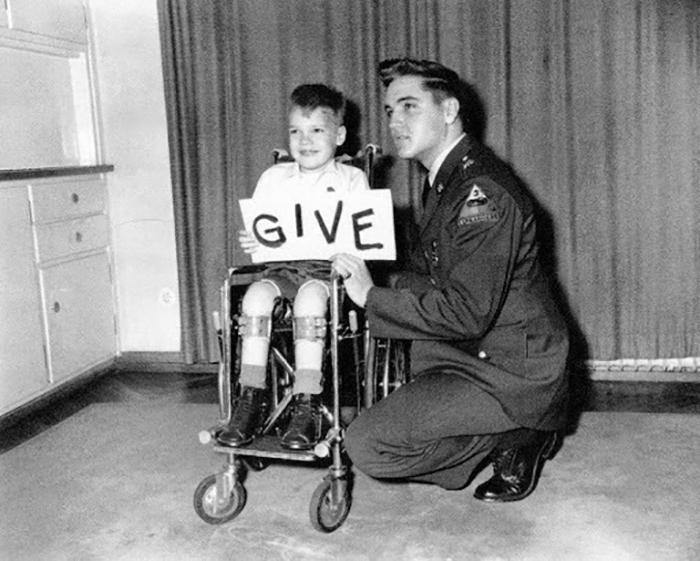 Страшная болезнь усаживала детей в инвалидные кресла.