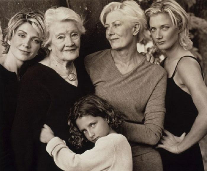 Мама, дочка, внучки, правнучка - это одна большая семья.| Фото: yksikvanem.com.