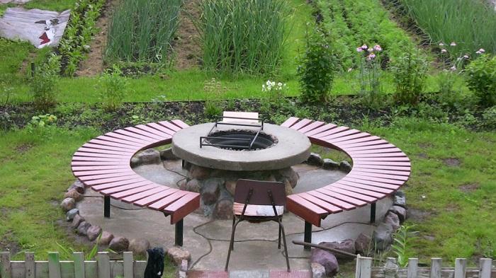 Простой способ организовать зону барбекю с мангалом из бетонной конструкции посередине.