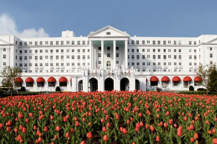 Отель Greenbrier luxury resort, США Во время холодной войны США оборудовали секретный подземный бункер под отелем «Greenbrier luxury resort», в горах Западной Виргинии. Комплекс должен был стать убежищем для членов Палаты представителей и Сената в случае ядерного нападения. В 1993 году в бункер был открыт свободный доступ.