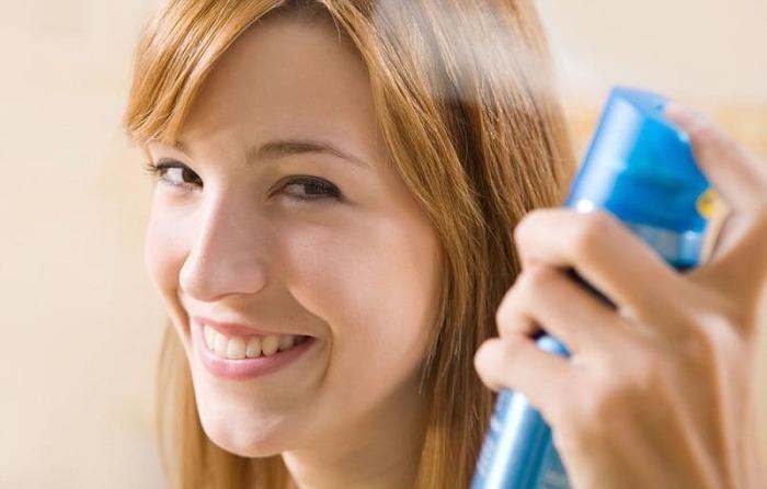 Не стоит фиксировать макияж лаком для волос. \ Фото: nashsovetik.ru.