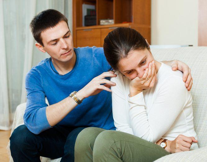 Муж поддерживает жену.