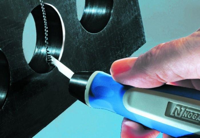Шабер соскабливает лишний слой материала и также удаляет заусенцы / Фото: toolroom.ru