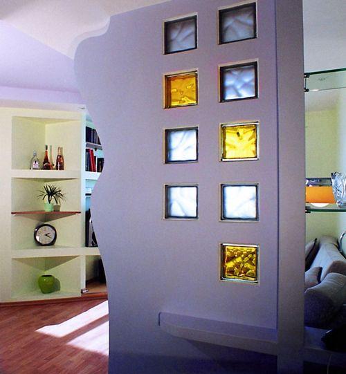 Декоративные цветные стеклоблоки в перегородке