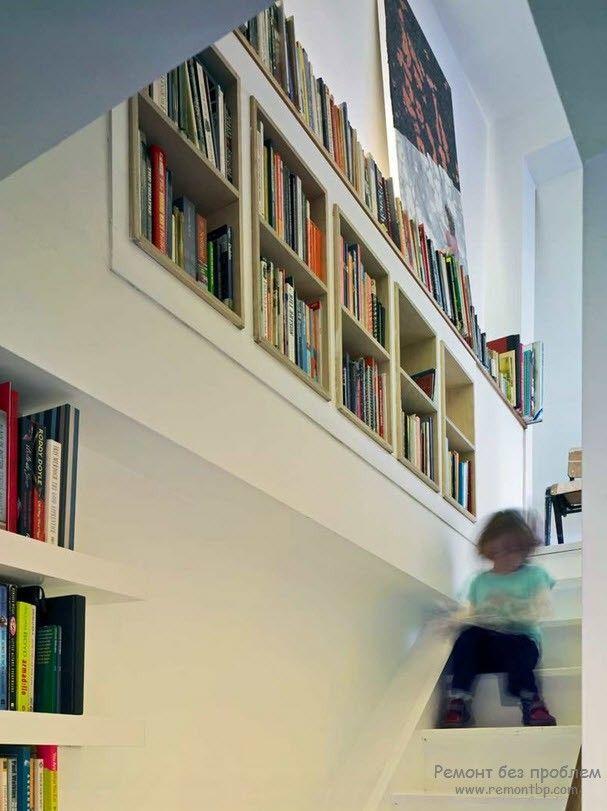 использование лестничного проема для хранения книг