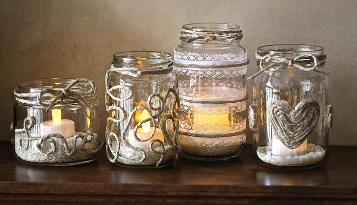 Подсвечники из стеклянных банок, оформленные бечёвкой. / Фото: koffkindom.ru