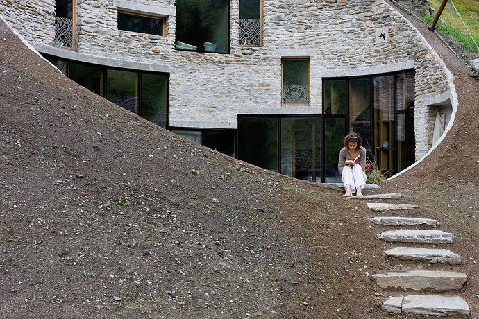 Подземный дом в деревне Вальс в Швейцарии. Фото