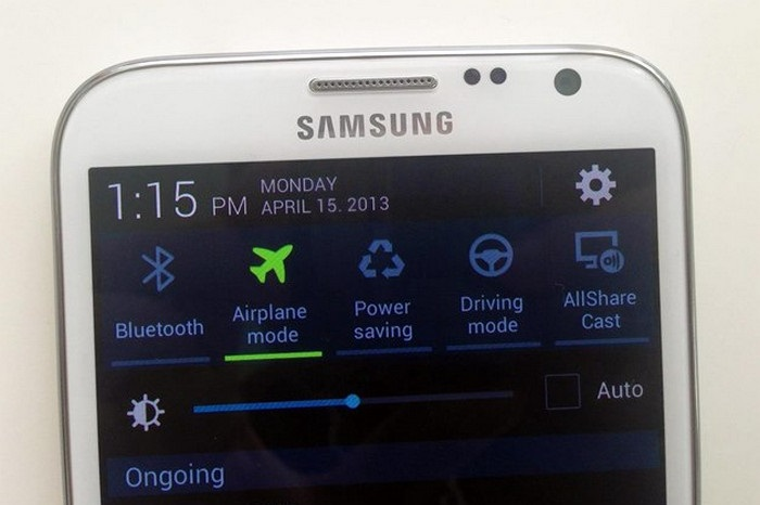 Режим полета ограничивает далеко не все функции телефона. / Фото: Arhkino.ru