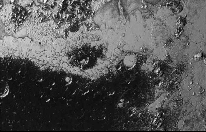 Фотоснимки Плутона: ледяной горный хребет.