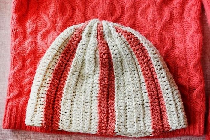 Из старого свитера можно сшить шапку. / Фото: sdelat-iz-starogo.ru