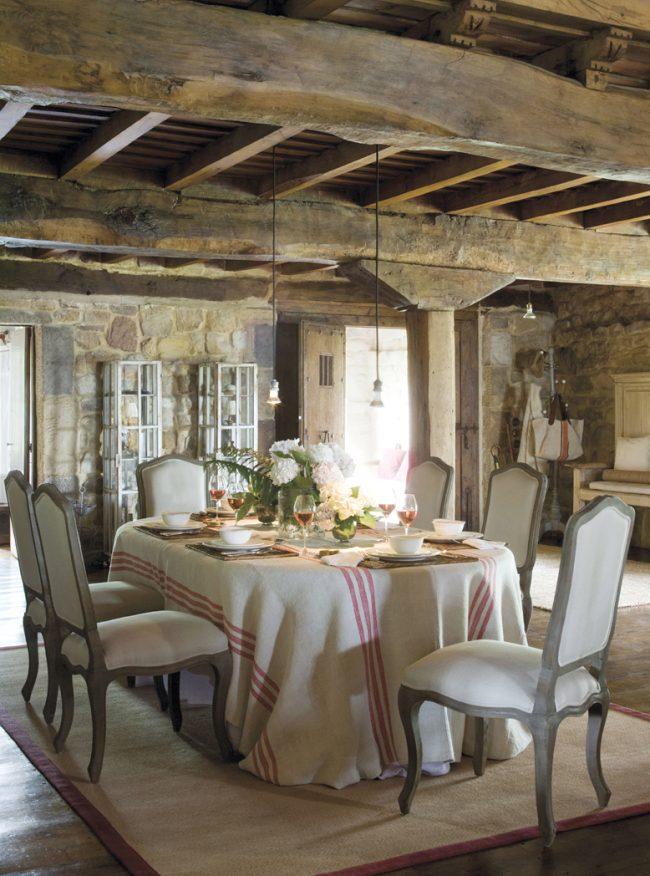 Скатерть в пол в интерьере кухни стиля кантри