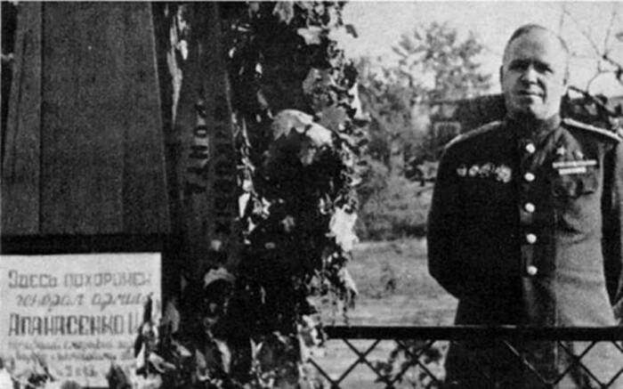 Жуков на могиле генерала Апанасенко. /Фото: ic.pics.livejournal.com