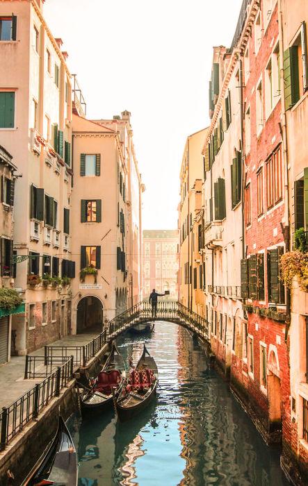 Романтику старинного города передает водный канал, старые улочки и гондолы.
