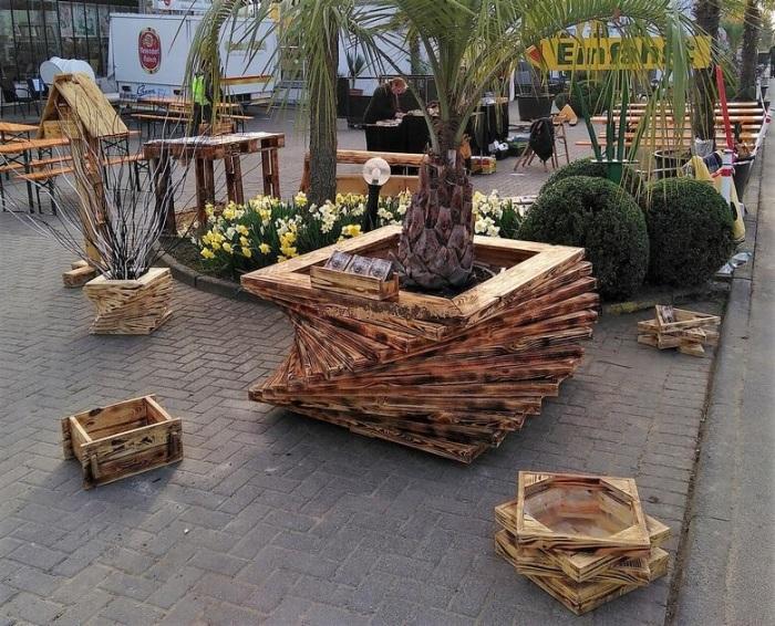 Из обычных деревянных поддонов можно сколотить необычные кашпо для цветов и растений.